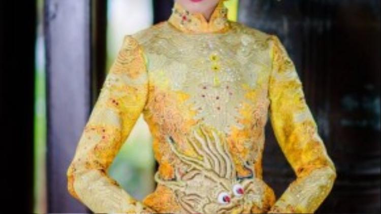 Tổng thể trang phục được sử dụng hoàn toàn kỹ thuật thêu tay, cắt váy hiện đại và kỹ thuật vest nhằm tôn lên những đường cong và mang đến tính hiện đại cho trang phục.