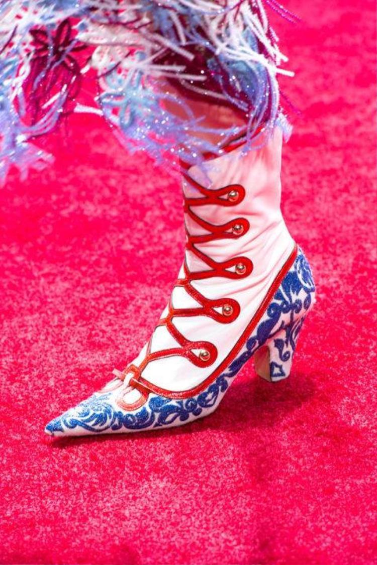 6 mẫu giày độc lạ được dự đoán sẽ hot trong xuân này