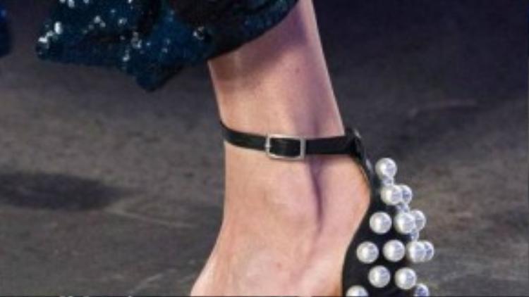 Trái với kiểu giày hoàng gia, loại giày này đơn giản hơn nhiều và giúp người đi khoe triệt để đôi chân ngọc ngà của mình.