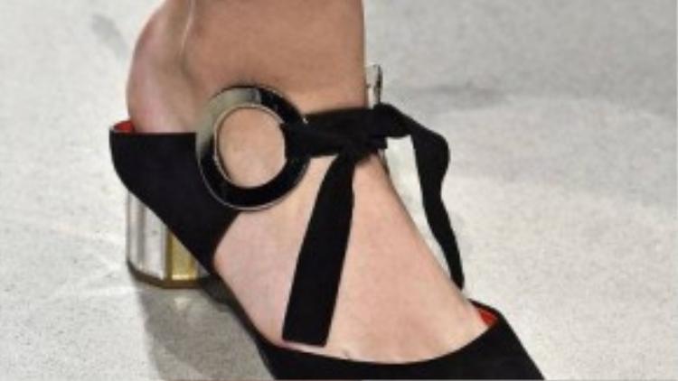 Thiết kế mũi nhọn vẫn tạo nên xu hướng chung cho tất cả loại giày trong mùa Xuân 2016.
