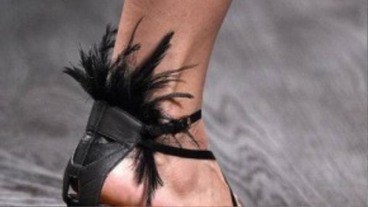Đế giày vuông, to chính là đặc điểm nhận dạng của loại giày này.