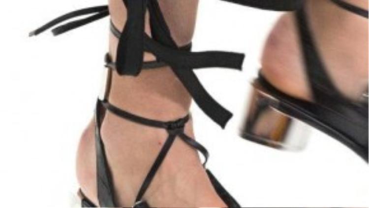 Giày kiểu dây đan thiên về sự kết hợp giữa những màu sắc.