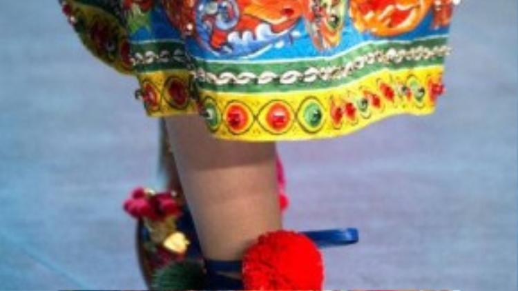 Hay đính cục bông nhỏ đậm chất vintage, đậm bản sắc thời trang châu Á.