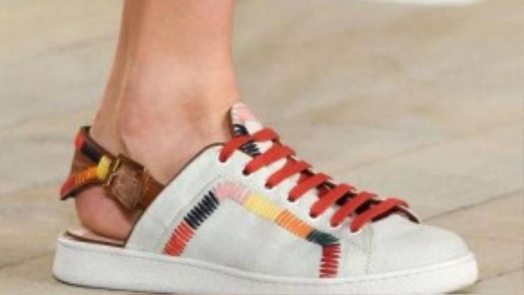 Hay phần gót giày được cut đi như một đôi xuồng có quai giữ.