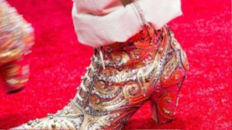 Đôi giày được lấy cảm hứng từ trang phục truyền thống hoàng gia phương Tây, những chi tiết đính đá và hoa văn độc đáo càng làm tăng mức độ uy quyền của người đi.