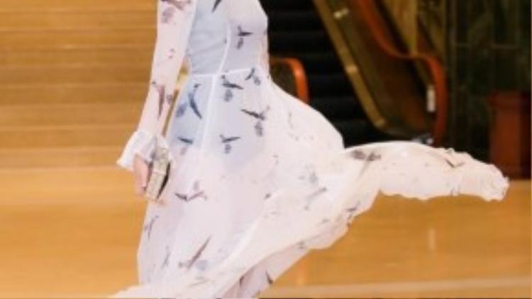 Siêu mẫu Châu Á 2015 Trương Mỹ Nhân dịu dáng đầm dạ hội kín đáo.