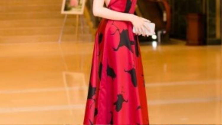 Chiếc đầm đỏ hở lưng giúp Lê Hà càng thêm gợi cảm và sexy hơn.