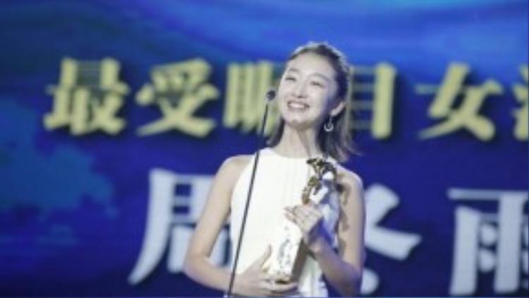 Cô diễn viên trẻ vui sướng khi nhận giải.