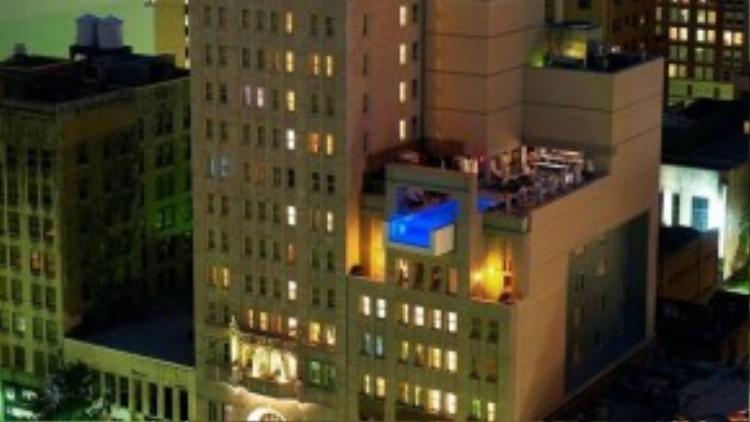 Bể treo ở khách sạn Joule ( Mỹ): Bể bơi thách thức kiến trúc này nằm ở tầng thượng khách sạn Joule, Dallas, Texas, nhô ra ngoài khoảng 2,5 m, cho du khách nhìn xuống phố Main. Ảnh: Luxurytravelmagazine.