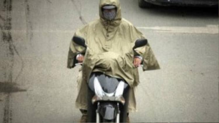 Thời tiết thay đổi đột ngột, nhiều người không chuẩn bị áo ấm khi ra đường, có người phải dùng áo mưa để chống lạnh. Chỉ một ngày trước, Hà Nội vẫn nắng nóng như mùa hè.