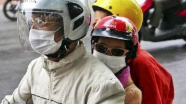 Một gia đình khắn áo kín mít khi trên đường.