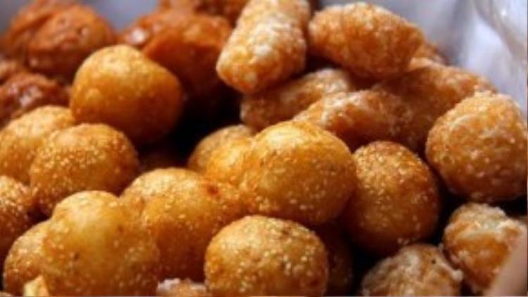 Bánh rán: Bánh rán cũng là một món ăn biết chiều chuộng lòng người. Ta có thể ăn sáng, trưa, chiều, tối mà vẫn thấy hợp. Những chiếc bánh rán tròn tròn có độ to vừa vặn trở thành món ăn chơi tao nhã.