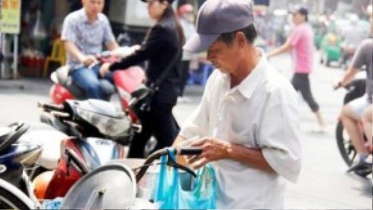 Chẳng khó để bắt gặp những gánh quà này len lỏi trên mỗi góc phố Hà Nội. Người ta mê mẩn vị ngậy của từng lát tào phớ, vị ngọt vừa phải của nước đường, và hương hoa nhài thoang thoảng.