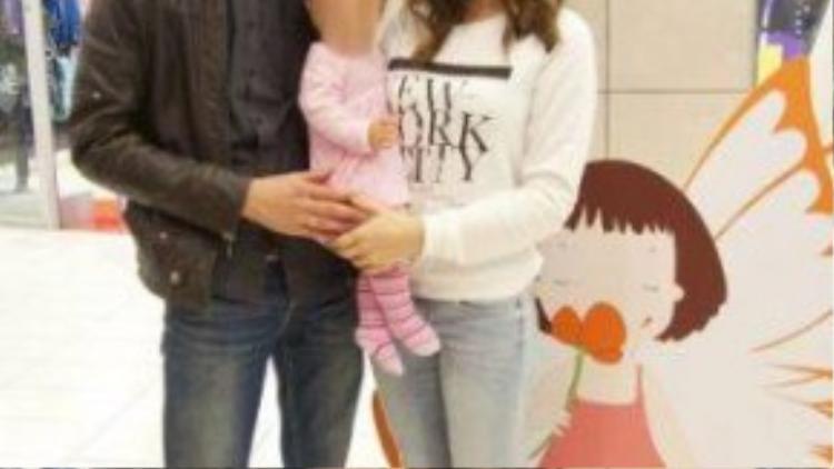 Cha mẹ cố bé Alex và Tatiana chụp ảnh tại sân bay.