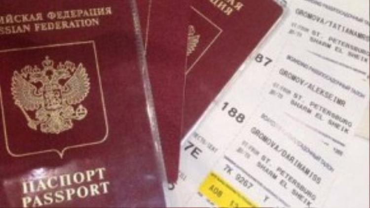Hộ chiếu và vé của gia đình cô bé 10 tháng tuổi.