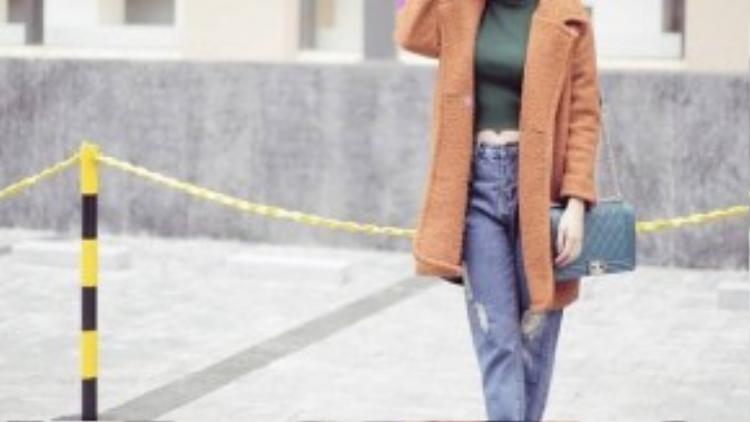 Hoàng Thùy Linh diện áo crop top với jean rách siêu cá tính.