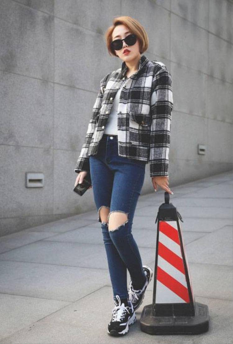 Mặc quần jean rách mùa lạnh, tại sao không?