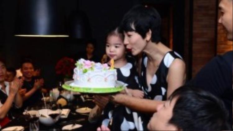 Buổi tiệc sinh nhật của bé Thỏ Xuân Lan muốn tổ chức ấm cúng với những người thân trong gia đình và bạn bè thân thiết. Xuân Lan và con gái thổi nến và cầu nguyện.