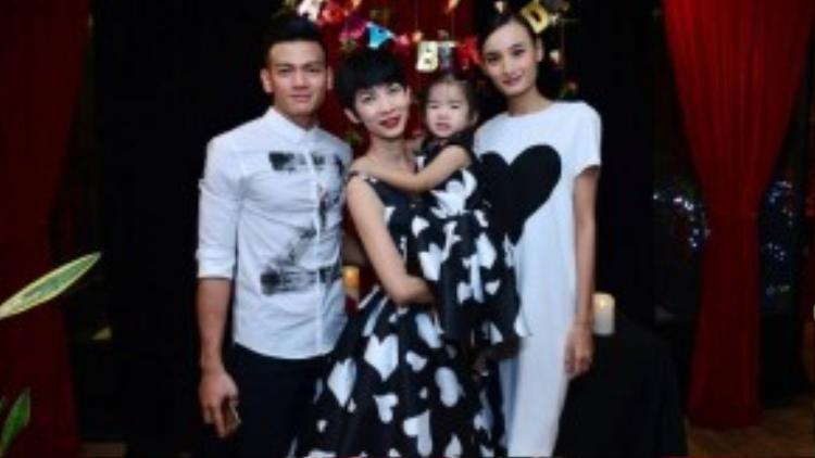 Chân dài Lê Thuý và người mẫu Lê Xuân Tiền cũng đến mừng tuổi con gái đầu lòng của Xuân Lan.