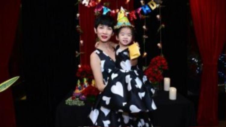 Tối ngày 1/11, siêu mẫu Xuân Lan mở buổi tiệc nhỏ ấm cúng để mình sinh nhật con gái yêu là bé Thỏ. Hai mẹ con diện hai chiếc váy in hình trái tim giống nhau.