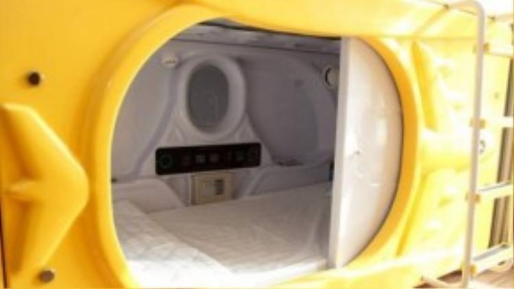 Diện tích chỉ vỏn vẹn 2m vuông/phòng nhưng bên trong mỗi phòng đều đầy đủ trang thiết bị, nội thất cần thiết như: tivi màn hình phẳng, két để đồ cá nhân, kệ, và tất cả các ổ loại cắm điện cần thiết. Những thiết bị này hoàn toàn đủ dùng cho một người, quan trọng vẫn là chỗ ngủ phải thoải mái và ấm cúng.