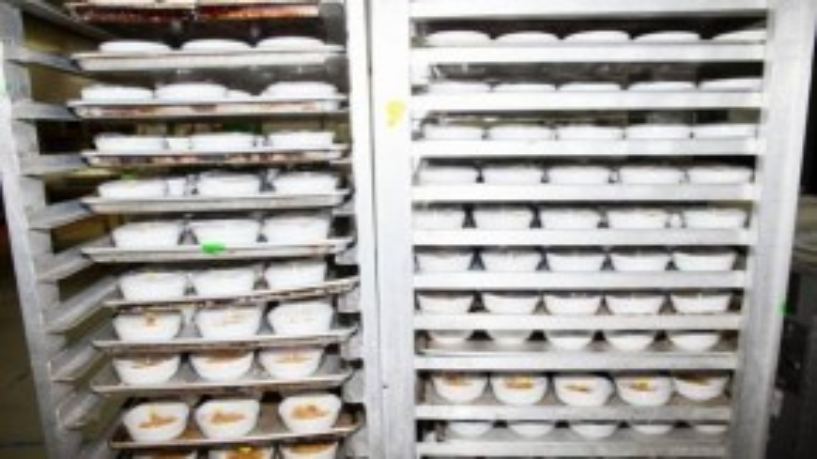 Đồ ăn sau khi chế biến được đưa vào phòng lạnh để bảo quản.