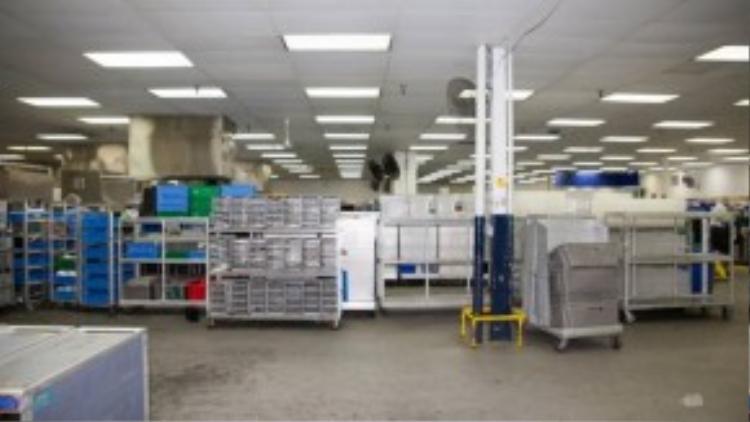 Sau mỗi chuyến bay, các khay đồ ăn được vận chuyển về công ty và bỏ vào các máy rửa bát khổng lồ để vệ sinh sạch sẽ chuẩn bị cho việc tái sử dụng vào ngày hôm sau.