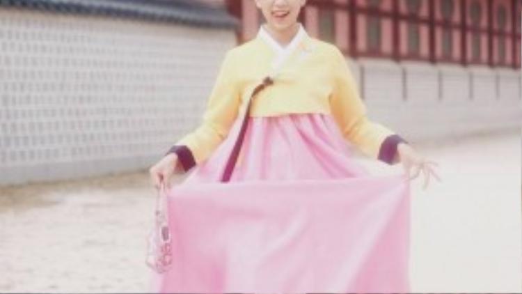 Min tinh nghịch tạo dáng với Hanbok.