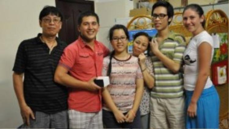 Vợ chồng Eugene (thứ hai từ trái sang) và Elia (bìa phải) chụp ảnh cùng gia đình Eugene trong chuyến về thăm Việt Nam vào năm 2013.