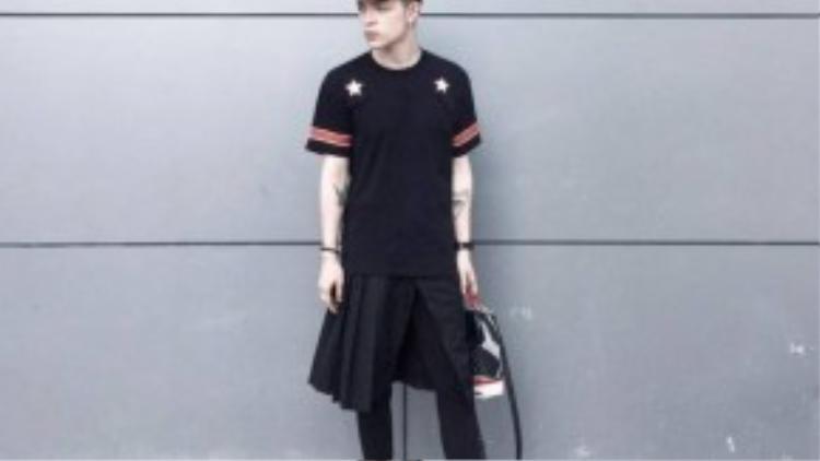 Kelbin Lei lựa chọn váy cho trang phục thường ngày, món đồ không thể thiếu trong tủ đồ của anh.