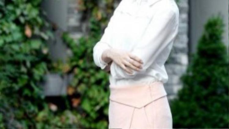 Mới đây, Kim Tae Hee có buổi phỏng vấn và chụp hình với phóng viên. Cô diện trang phục đơn giản, chỉ áo sơ mi trắng phối cùng chân váy màu hồng nhạt thanh nhã. Trong buổi trò chuyện, Kim Tae Hee khá thân thiện, cởi mở nhưng cũng thẳng thắn trả lời nhiều câu hỏi hóc búa.
