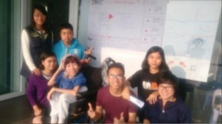 Lê Mỹ Cường cùng các thành viên của dự án We Touch.