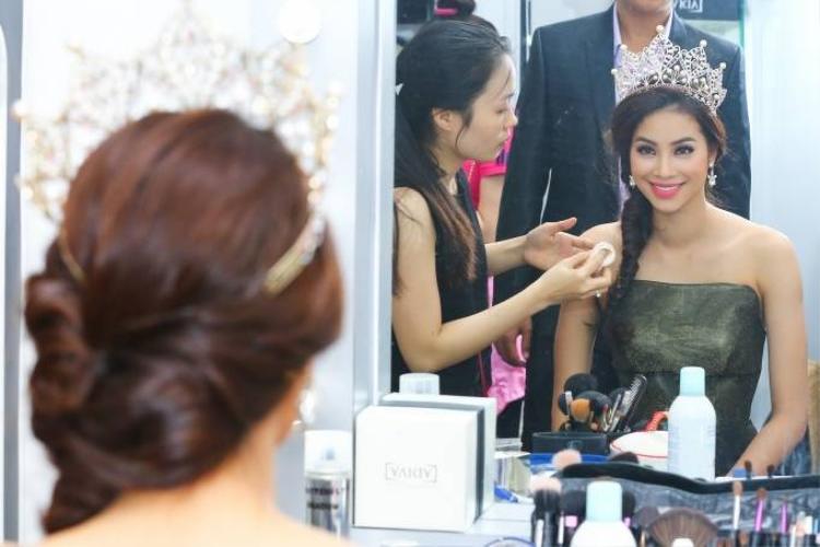 Việt Hương cạnh tranh vương miện với Hoa hậu Hoàn vũ Phạm Hương