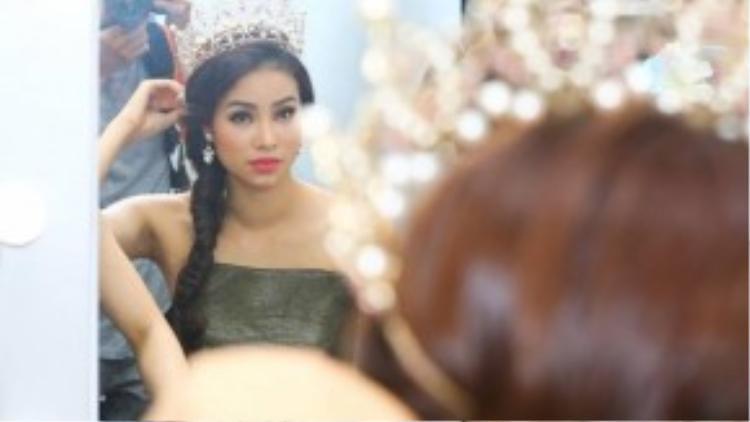 Những hình ảnh hậu trường của Phạm Hương trước khi lên sân khấu.