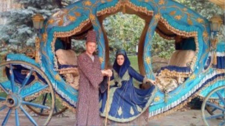Neda, một cô gái Garfors gặp ở Iran, muốn kết hôn với anh. Anh từ chối nhưng đồng ý mặc trang phục hoàng gia và chụp ảnh cùng cô.