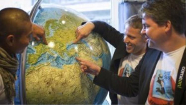 Anh cũng phá một kỷ lục thế giới khác khi đặt chân đến 19 quốc gia quanh Na Uy trong chưa tới 24 tiếng cùng các bạn đồng hành.