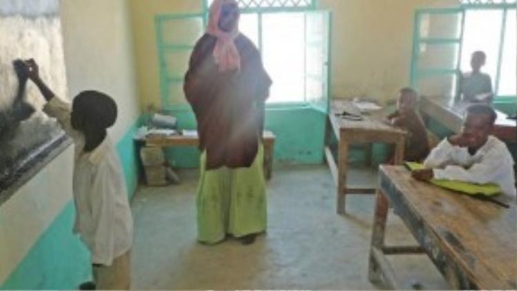 Garfors tới thăm một ngôi trường nhỏ ở Somalia. Phần lớn trẻ em ở đây chưa từng thấy người nước ngoài. Nhiều em đã chạm vào Garfors để chắc chắn anh có thật.