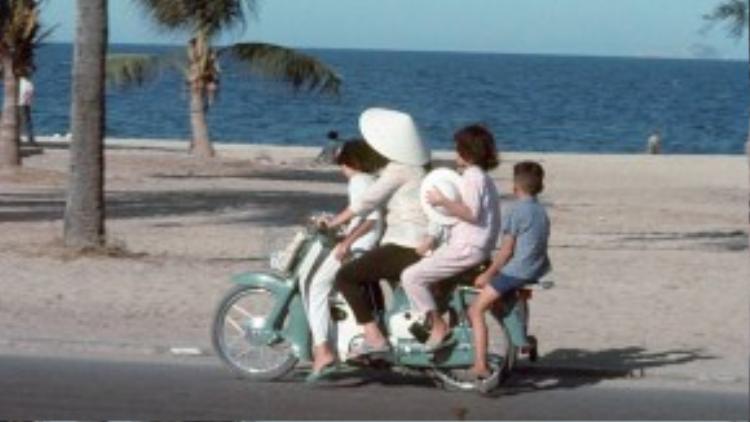 """Tuy chỉ 50cc, xe vẫn """"tải"""" được cả gia đình là chuyện bình thường."""