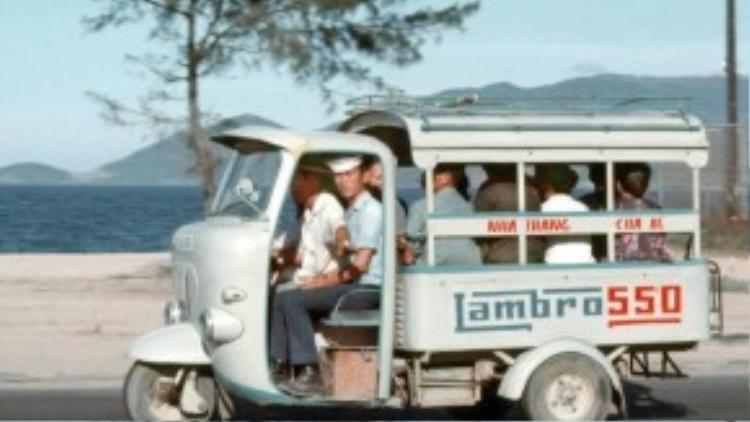 """Xe lam - """"xe bus công cộng"""" phổ biến trong thập niên này."""