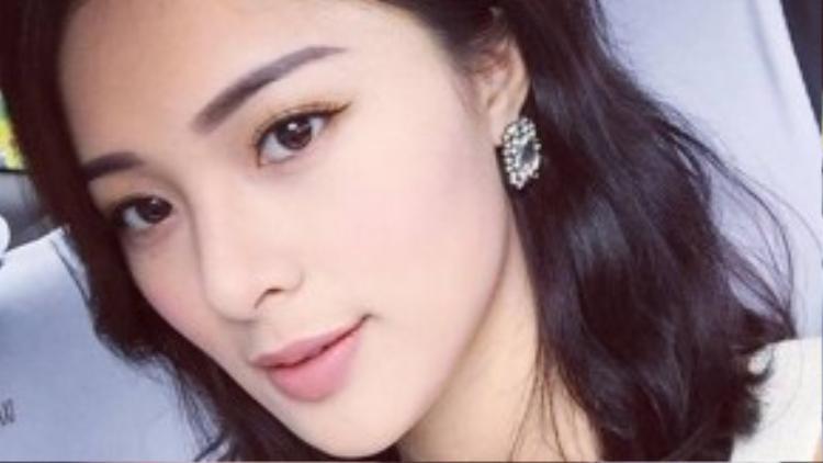 Trong khi nhiều hot girl Việt đang chạy đua theo xu hướng mày ngang, rậm kiểu Hàn Quốc, thì Hạ Vi từ lâu đã lăng xê xu hướng mày cong, hơi mảnh. Đó cũng là lý do mà gương mặt cô nàng trông khác biệt với nhiều cô gái hiện nay.