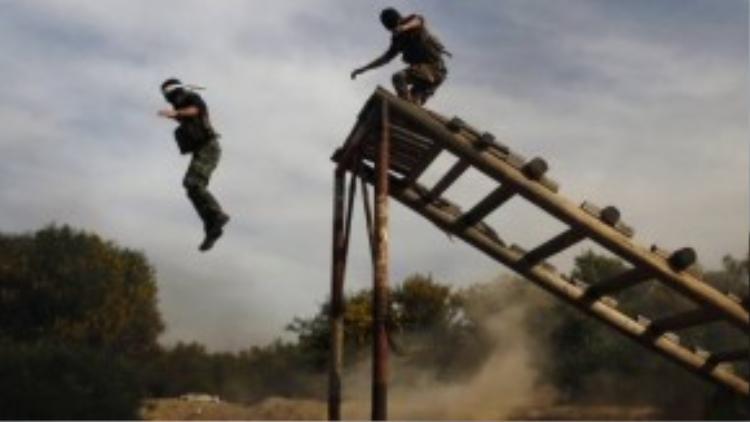 Binh sỹ Palestine bị bịt mắt và nhảy xuống từ độ cao cả chục mét mà vẫn phải đảm bảo sống sót và tiếp tục di chuyển.
