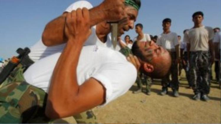 Tại Iraq, lực lượng chống khủng bố IS được tập luyện luôn trong tình trạng sẵn sàng hạ gục đối thủ bằng dao găm khi đấu tay đôi.
