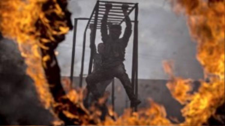 Trung Đông là nơi có nhiều lò đào tạo quân sự khủng khiếp nhất thế giới. Các chiến sỹ Syria phải tập di chuyển như khỉ leo cây qua các vòng lửa cháy hừng hực sát người.