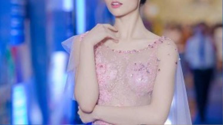 Mới xuất hiện trong một sự kiện gần đây, Hồng Quế diện một chiếc váy mỏng như sương mai nhưng được mọi người ca ngợi rất nhiều, cô lọt top mỹ nhân Việt mặc đẹp nhất tuần.
