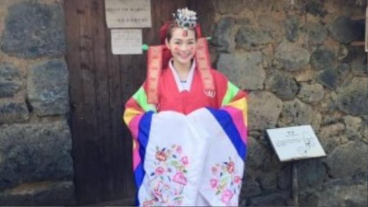 Trang phục áo cưới truyền thống khiến Minh Hằng xinh như cô dâu Hàn Quốc.