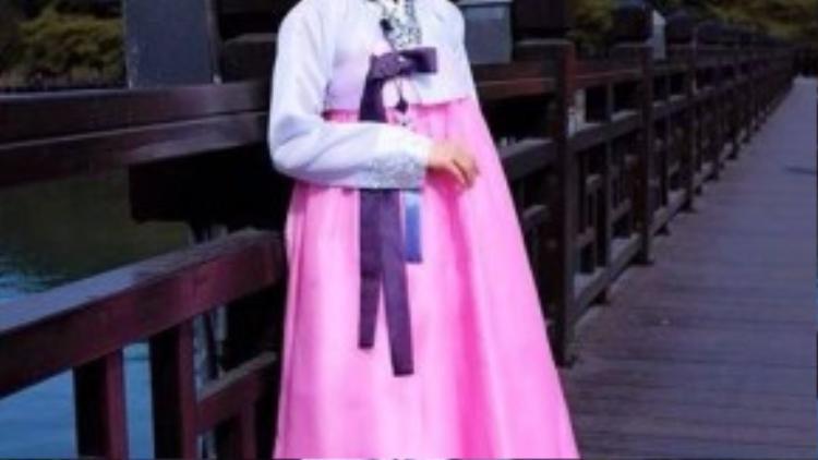 Màu sắc tươi mới khiến người mặc hanbok trở nên rạng rỡ hơn.