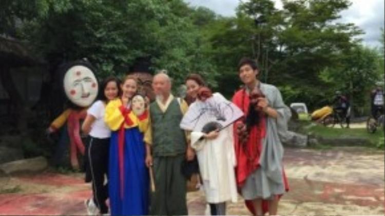 Minh Hằng 'chơi trội' khi một mình cô diện hanbok.