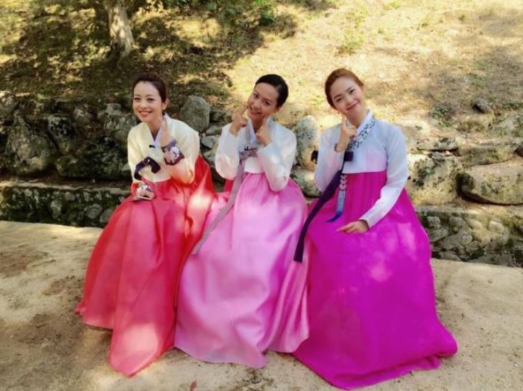 Minh Hằng diện hanbok đẹp hơn gái Hàn
