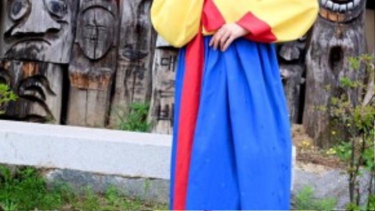 Minh Hằng tạo dáng nhí nhảnh trong trang phục hanbok ở Hàn Quốc.