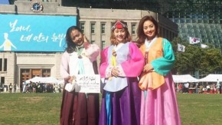 Cả ba người Jennifer Phạm, Hồng Ánh và Minh Hằng đều thích thú khi được mặc hanbok.